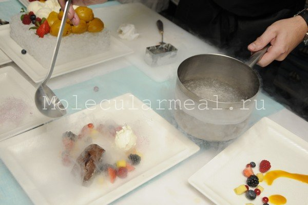 приготовление десерта на молекулярном мастер-классе